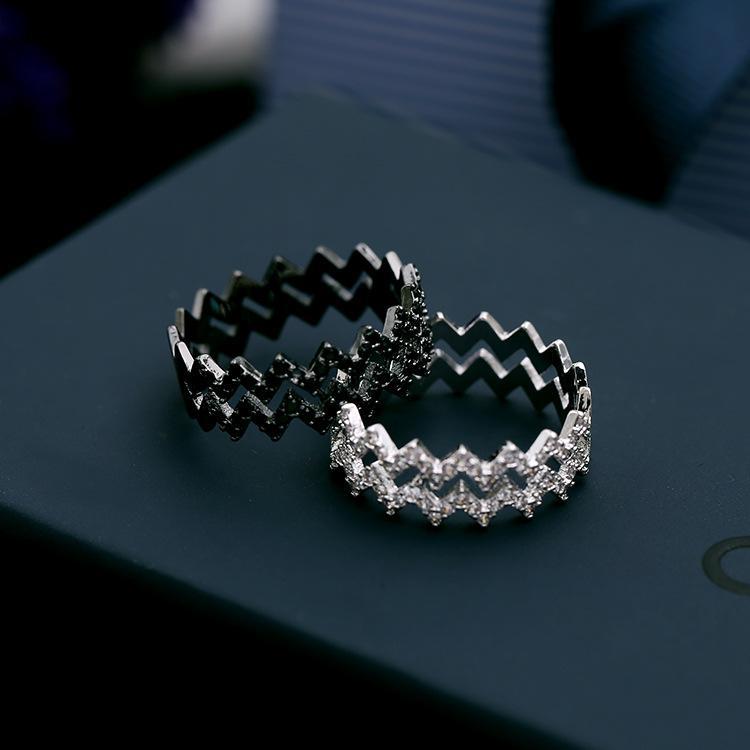 النسخة الكورية من السيدات الاتجاه شخصية خلاقة موجة ذيل حلقة مزدوجة مزاجه بالأبيض والأسود خاتم الزركون العلامة التجارية ذات جودة عالية والمجوهرات