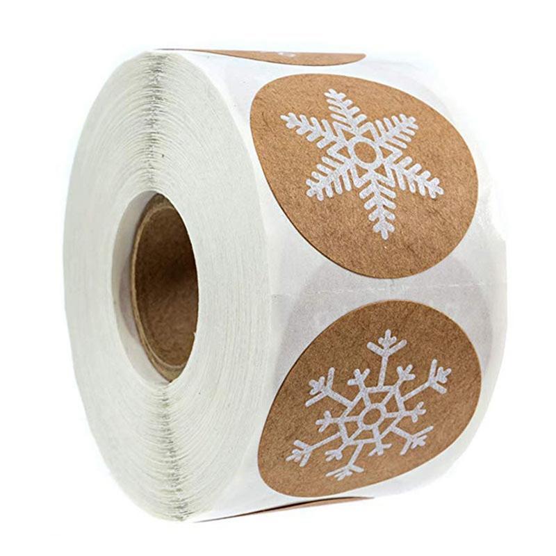 500pcs / rouleau ronde Kraft autocollants Joyeux Noël Décoration pour la maison Étiquettes flocon de neige autocollant Cadeaux de Noël pour Seal paquet tags