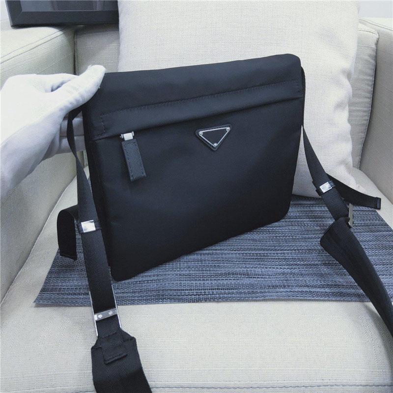 2020A Мода одно плечо сумка, мужская сумка отдыха, уникальный треугольный логотип. Несколько карманов, два молнии сумки и кнопка сумка.