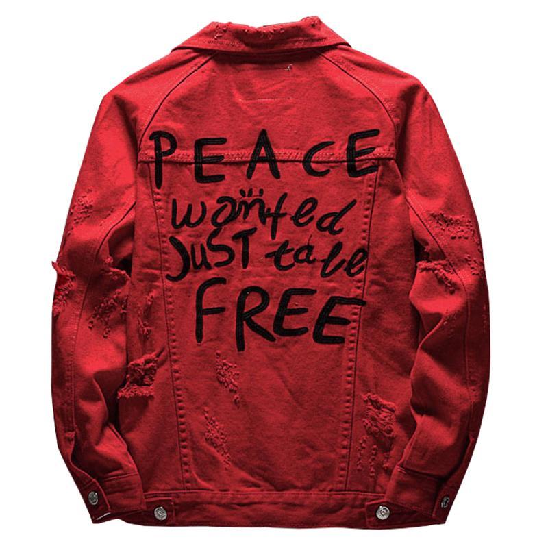 Los agujeros de la chaqueta de mezclilla de color rojo las letras bordadas Sokotoo los hombres de la capa de mezclilla rasgados de abrigo