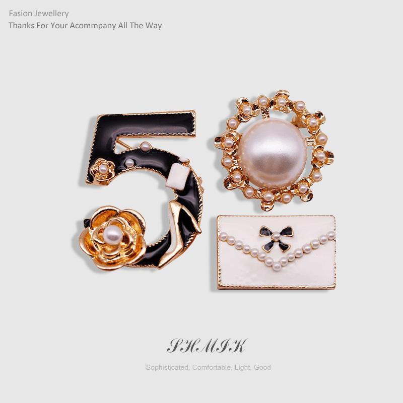 Lüks Number 5 Yuvarlak İnci Çanta CC Stil Takı Camellia Broş iğneler Büyük Marka Takı Broş İçin Kadın Triko Elbise 3pcs / Seti