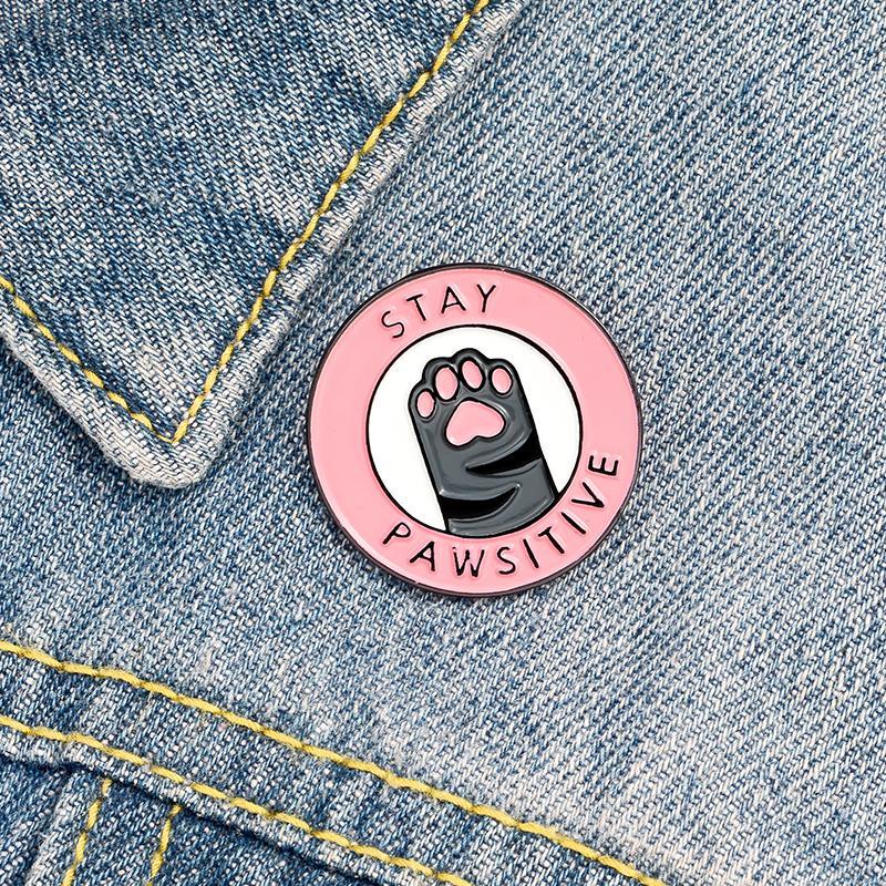 QIHE Bijoux Cat Pink Paw Paw EnaMel Pins 'Stay Pawsiitive' Design Cadeaux de conception unique aux amis Broches Badges en gros