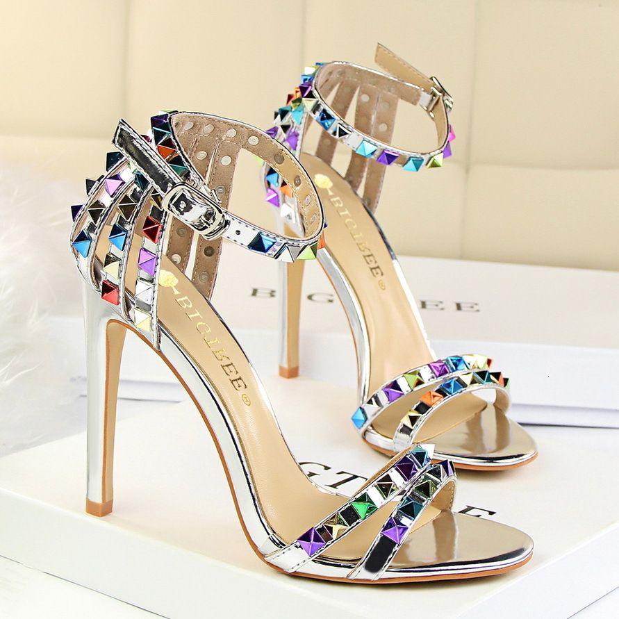 mujer sandalias atractivas de estilo romano punta abierta de plata de 11 cm de tacón de aguja zapatos de tacón alto colorido tamaño remaches zapatos 35-40