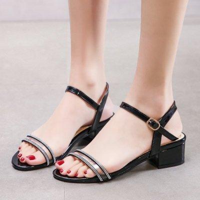 2020 nuevos zapatos de verano de las mujeres de moda, hebilla de una línea, de fondo plano, punta abierta, medianas grandes sandalias