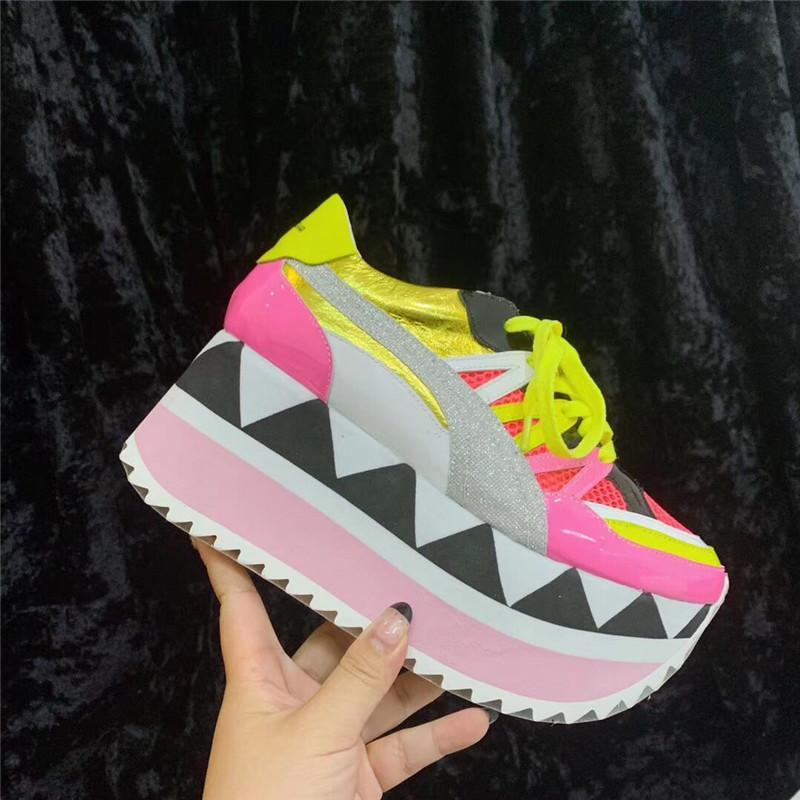 zapatos inferiores gruesos 2020 primavera manera de las mujeres zapatillas de deporte de los colores mezclados transpirable mujeres ocasionales zapatos de alta plataforma de malla de aire zapatos de las mujeres