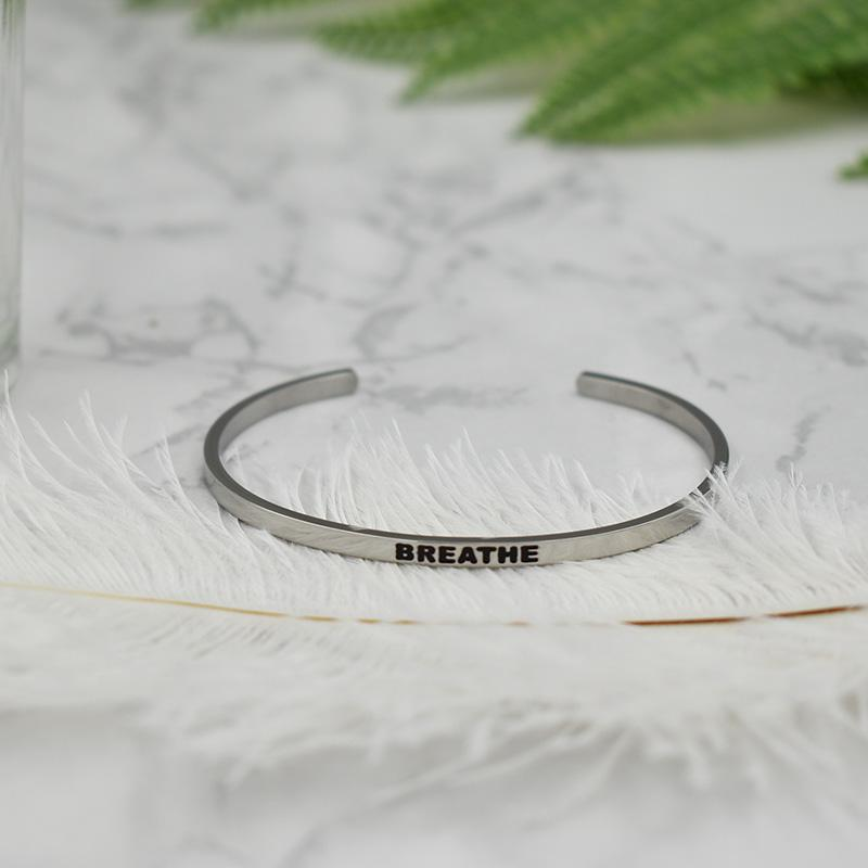 « Breathe » Citation inspirée Bangle estampé main Colliers
