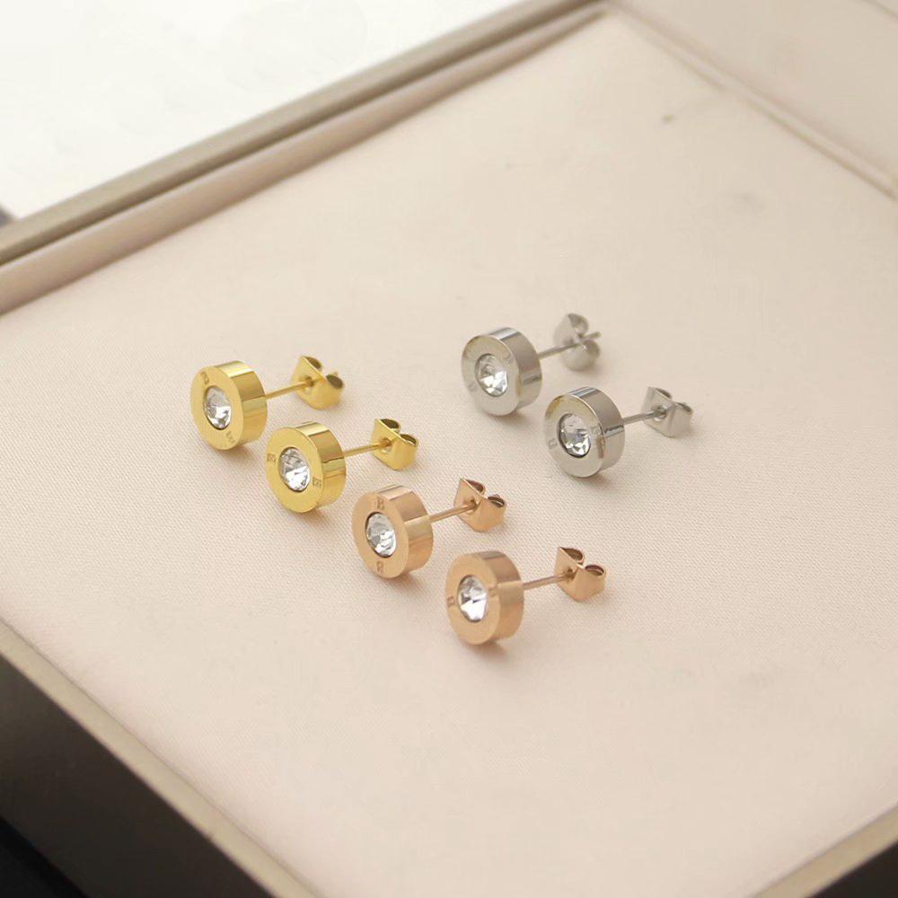 أوروبا أمريكا نمط سيدة النساء التيتانيوم الصلب محفورة بوية الأحرف الأولى الماس جولة أقراط 3 لون
