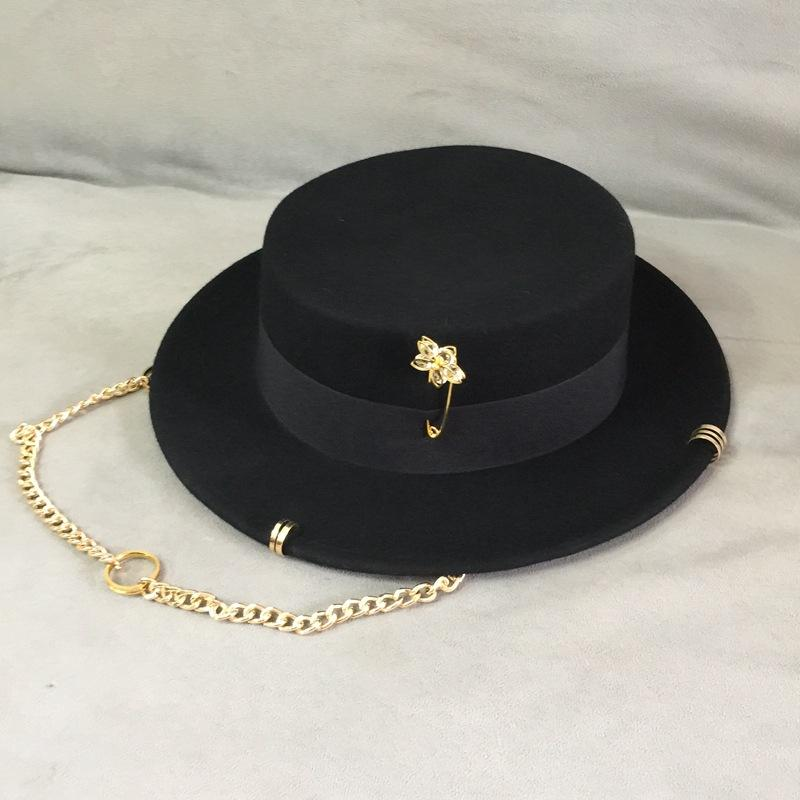 Cappello nero Black British Lana Cappello di lana Fashion Party Flat Top Cappello Catena Cinturino e Pin Fedoras per donna per uno sparatoria in stile strada