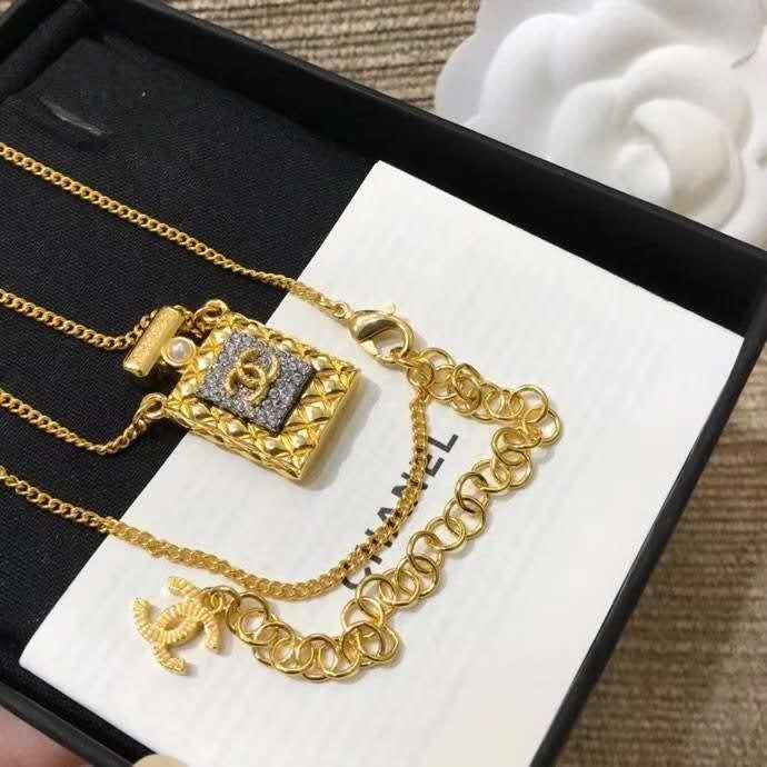 collane del pendente sono alla moda e alla moda per le signore