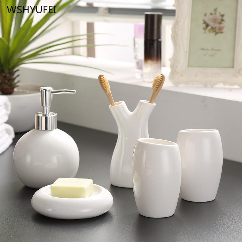 5pcs Decorazione di nozze di porcellana bianca della discussione motivi floreali Ceramica accessori bagno Suite Portaspazzolino
