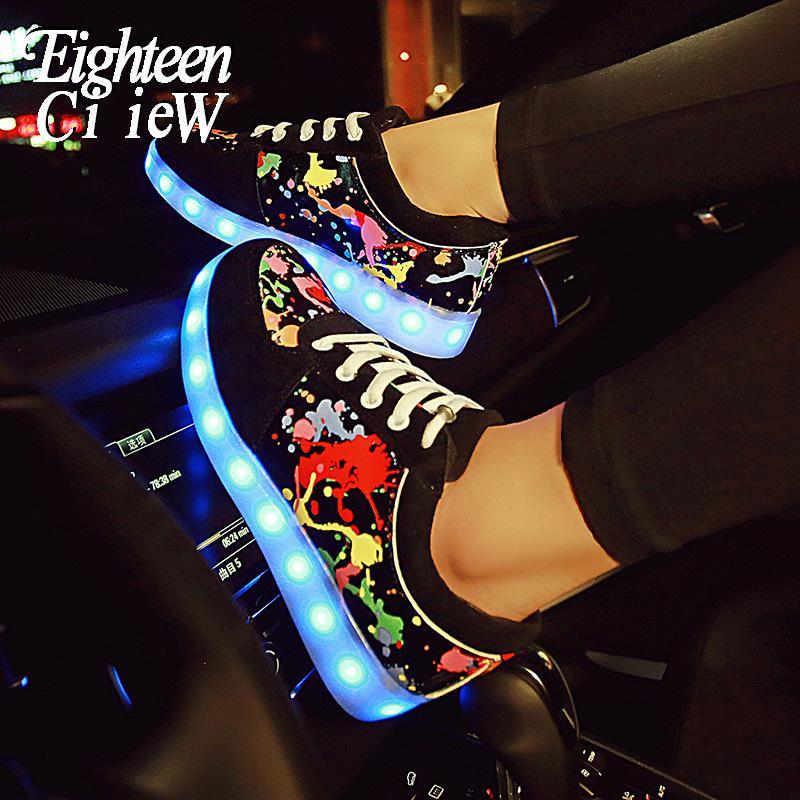 Aydınlık arka ışık, kızlar için parlak tabanı, yanan ayakkabı, çocuk tenis ile kadın ayakkabısı