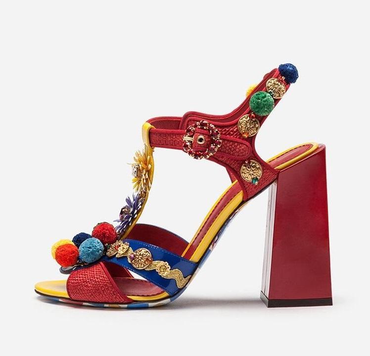 Zapatos de vestir est 2021 Red Cuero Mujer Plaza Tacones Sandalias Pom Decor T-Bar Strap Boda Novia Decoración de metal Banquete