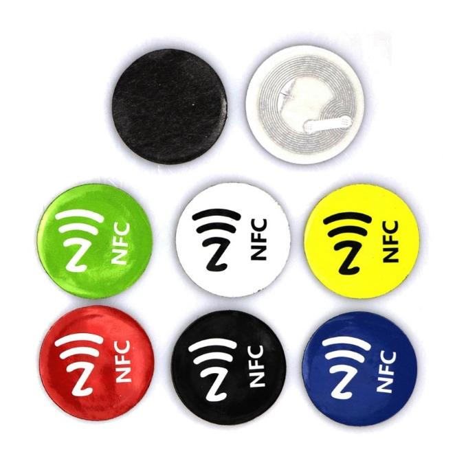 Etiqueta de NFC Etiquetas anti metal Mini Pequeña NFC 213 Label ISO14443A 13.56MHz Tecla RFID TABLA DE TABLA DE TARJETA DIAMETER 30MM PET adhesivo Insignias 6 COLOR / SET