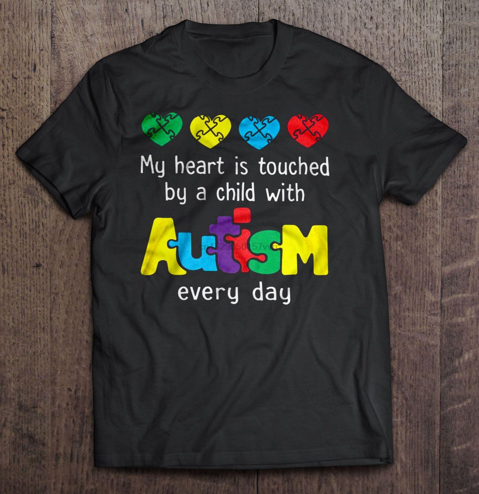 Uomini della maglietta Il mio cuore è toccato da un bambino con autismo ogni giorno le donne t-shirt