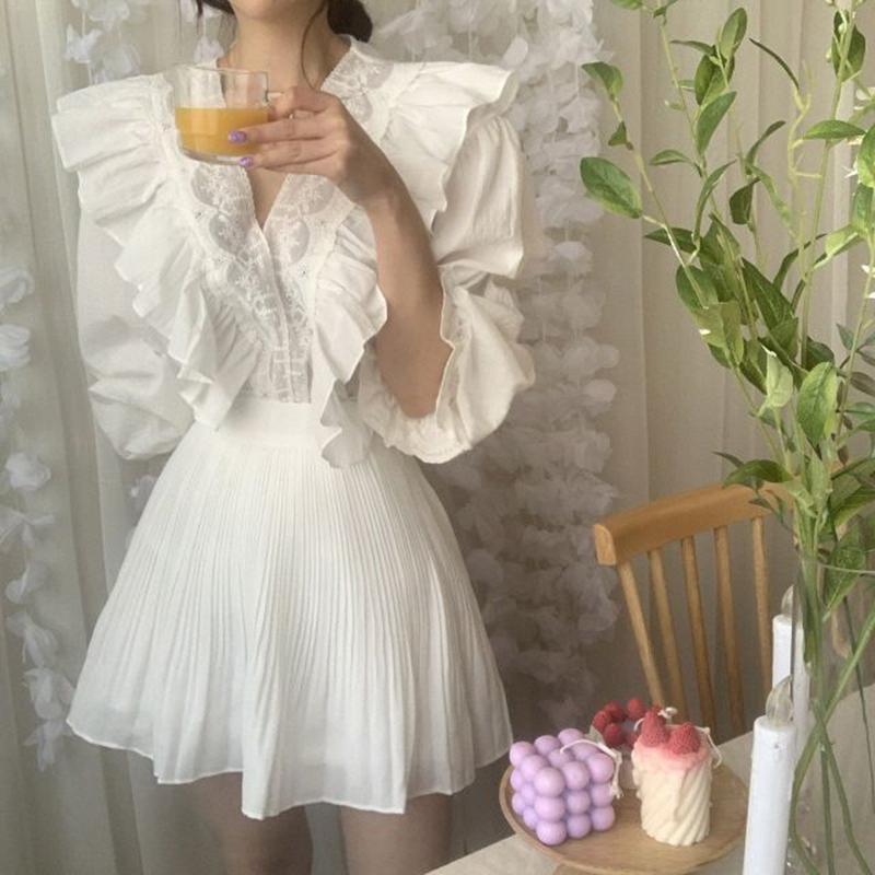 Blusa de las mujeres blancas de volantes de encaje con cuello en V linda dulce flojo camisas ocasionales de la manga de la llamarada de Verano Tops floral bordado retro 2020 W772
