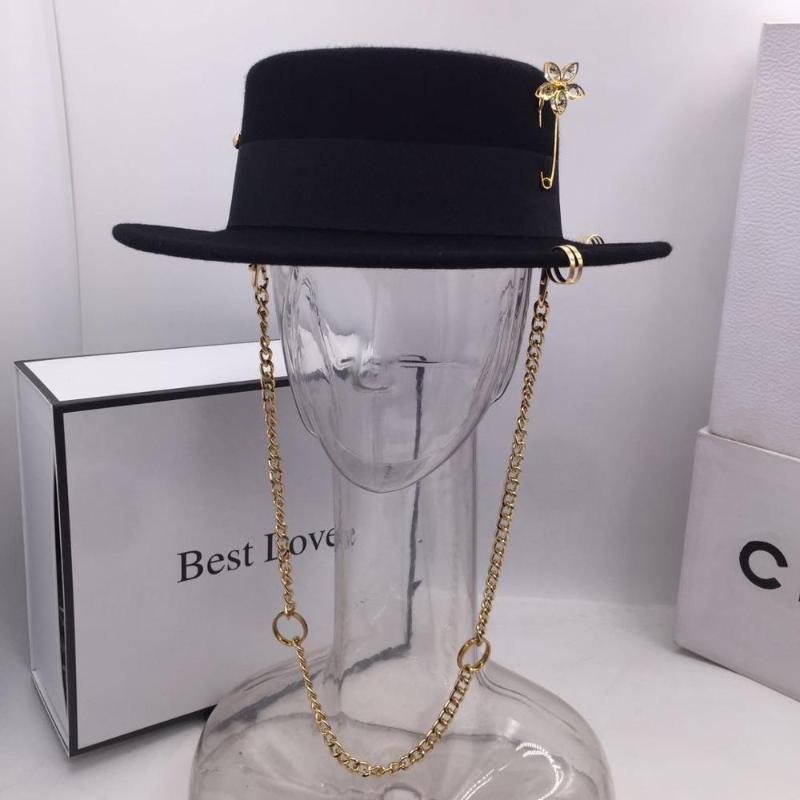 Casquette noire de la mode féminine chapeau de laine britannique partie supérieure plate sangle chaîne de chapeau et fedoras broches pour femme pour un tir de style de la rue