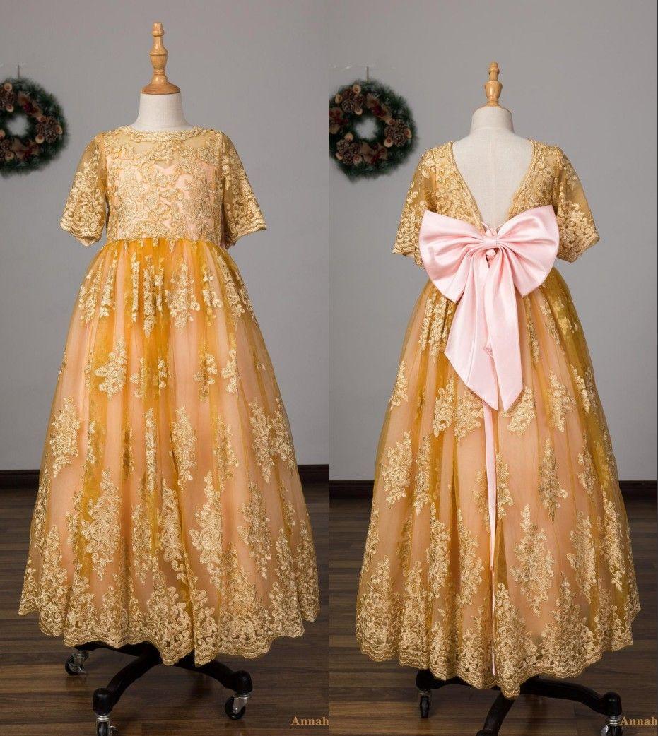 Nette große Bögen an der Rückseite Gold-Blumen-Mädchen-Kleider für Hochzeit Juwel Ausschnitt mit kurzen Ärmeln V zurück Ganzkörper Günstige Erstkommunion Kleid