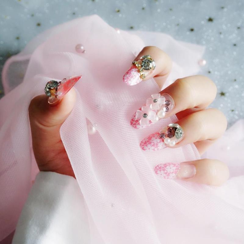 Faux Nails 24 pièces (pré-colle) Fleur rose Manucure 3D Strass Skitters Décoration Fake Fake Acrylique Autocollant Nail pointe avec colle