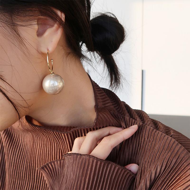 Oro Enlace de moda elegante simulado grande de la perla pendientes de gota pendiente gancho para la Declaración cuelga el pendiente partido de las mujeres pendientes de la bola grande