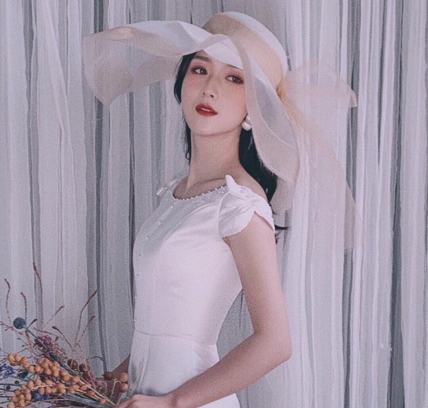 Grandes capas de malla Travel boda del sombrero Mujeres Brimed del sombrero del cubo de primavera y verano Desfile de moda elegante de las señoras Bowknot gasa Fedora 2020