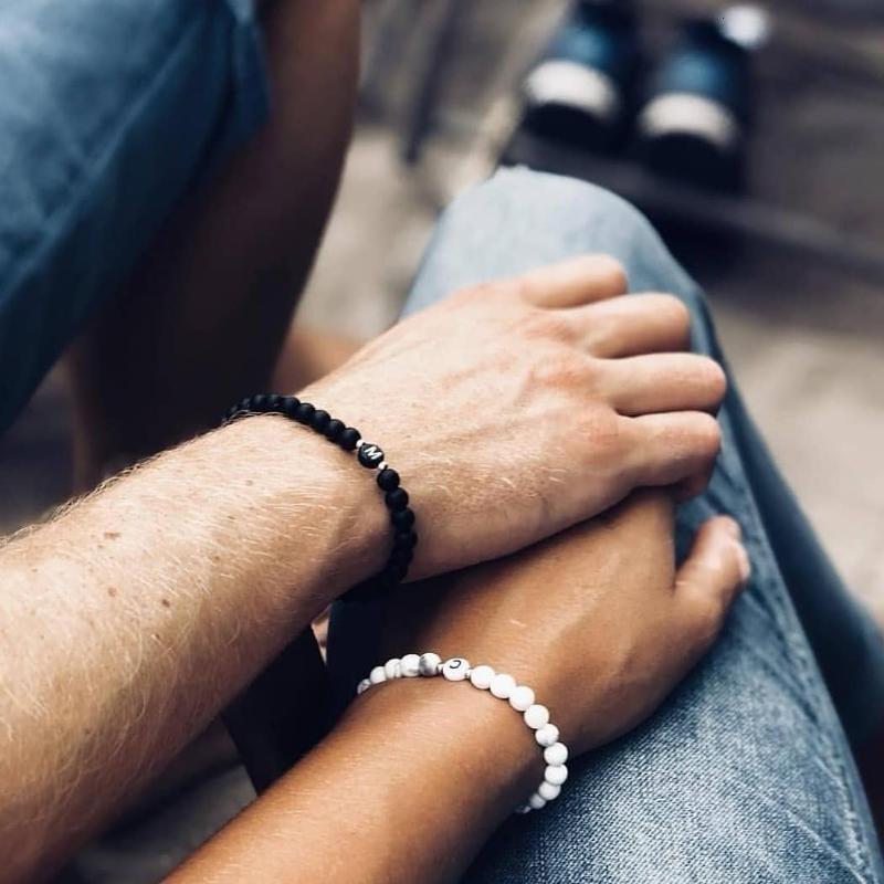 Fait à la main A-Z Lettre Bracelets pour Hommes Femmes Couple bijoux 6 mm blanc noir Perles Bracelets personnalisés Boyfriends cadeau Girlfriends