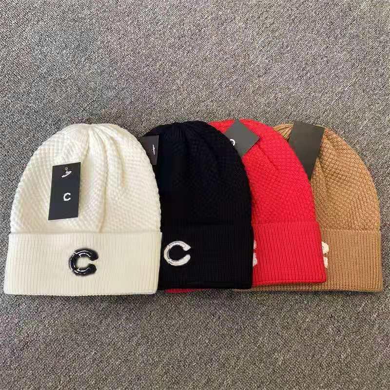 Heißer klassischer Brief Strickgemüse Mütze für Männer Frauen Herbst Winter warm dicke Wolle Stickerei kaltes Hut Paar Mode Straße Hüte mit Etikett