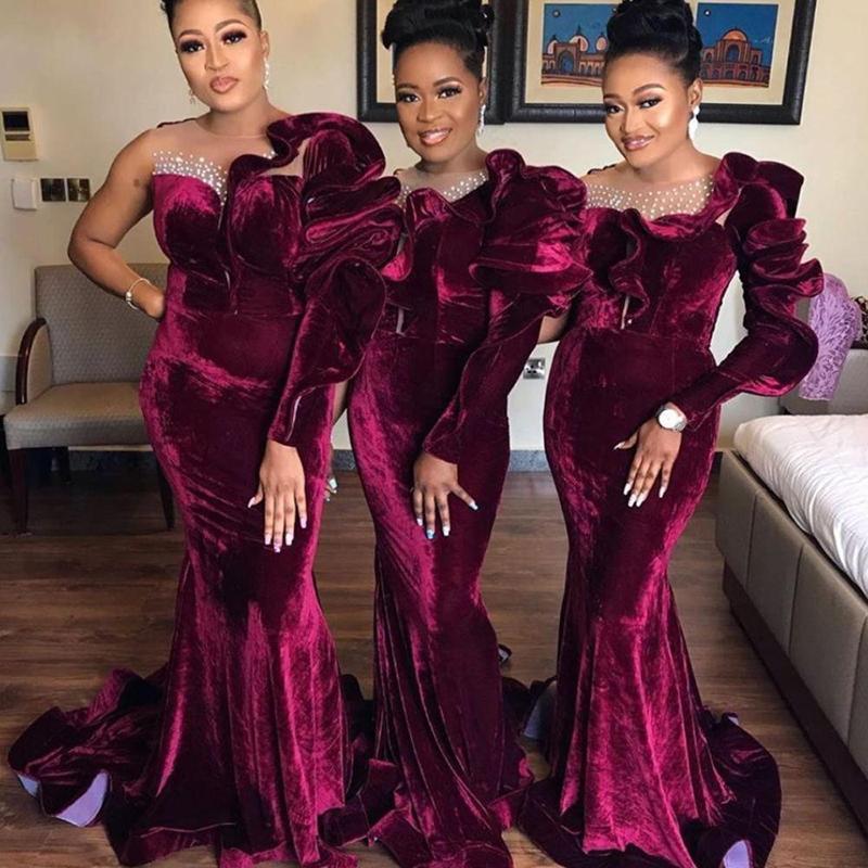 2021 Borgogna Abiti da ballo con una spalla Ruffles Maniche lunghe Abiti da sera formali Abiti da sera Velvet Maid of Honor Gown Plus Size con perline