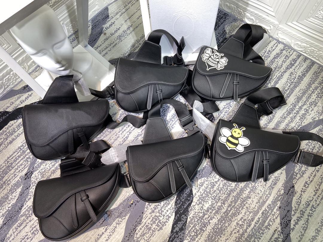 2021 Saddle Bag Мода Кожаный Холст Сумка Рюкзак Мужчины Классные Старшие Мужчины Женщины Сплошная Цветная Сумка Сумка Bross-Code Сумки