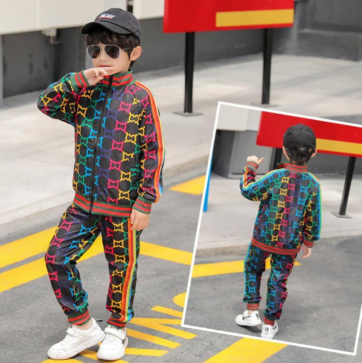 Мода мальчики Rainbow полоса на полоску напечатаны повседневные наряды Детские на молнии с длинным рукавом пиджак на молнии + спортивные штаны 2 шт. Устанавливает детская одежда A4794