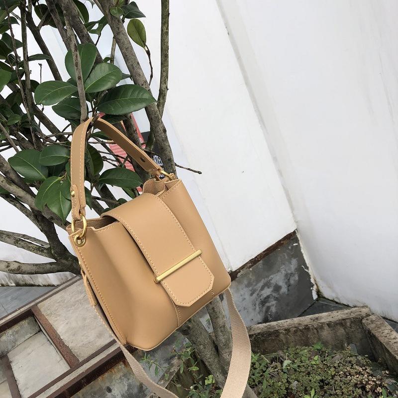 Kadınlar Lüks Çanta için OLUOLIN Flap Crossbody Çanta PU Deri Şık Omuz Çantası Metal Şık Kayış Tasarımcı Çantası