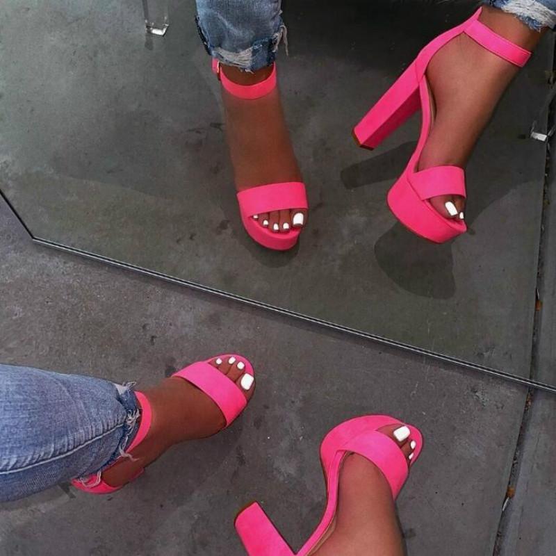 Kleid Schuhe 2021 Frauen Mode PVC Klare Sandalen Knöchelriemen High Heel Weibliche Nachtclub Plattform Fersen Zurück Reißverschluss Block