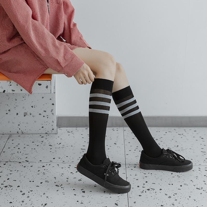 Que nous voyons dans des chaussettes Été mince section noire et blanche Velvet Xiao tui WA Stripes de style japonais style