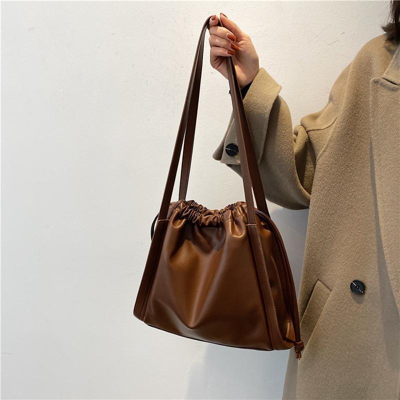 Mano Pequeñas bolsas de cuero PU Mujeres Mujeres TCMQL Nuevos Totes Bolsos de lujo Diseñador Mujeres 2021 para damas de los hombros 6803 Bolsas Bqnhu