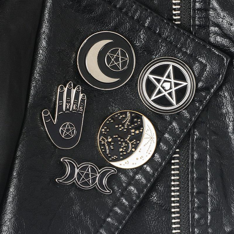 Strega Pin Collection Pentagram Triple Moon Constellation Wizard Spille Spille Stringy Goth Jewelry Spil Pin per Witches1