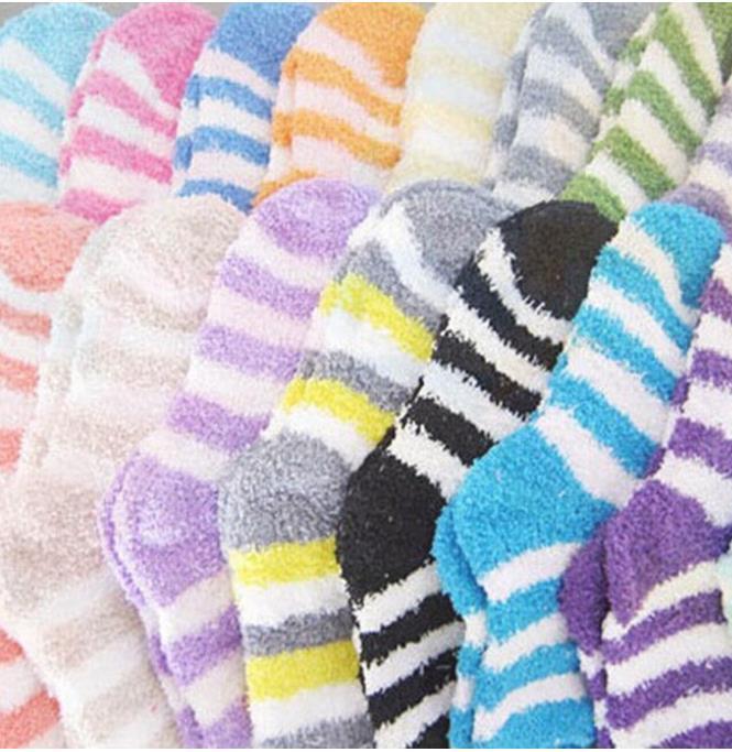도매 - 1Pair 새로운 숙녀 선물 소프트 층 홈 여성 침대 양말 스트라이프 솜털 따뜻한 겨울 두꺼운 캔디 색상 캐주얼 양말 겨울