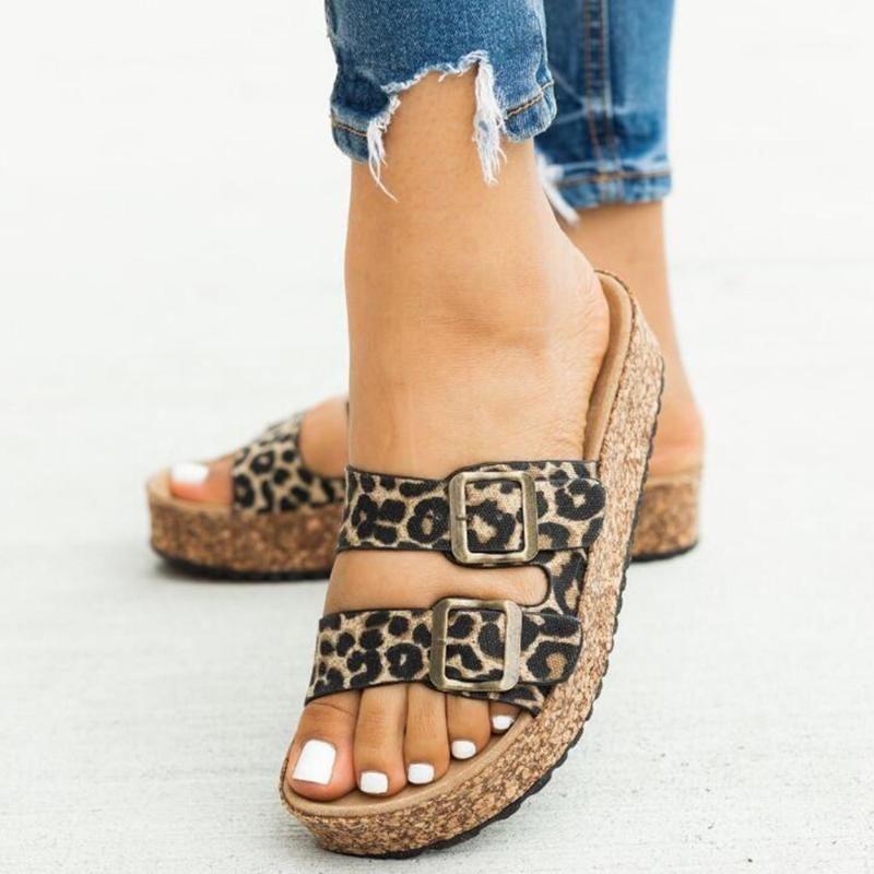 2020 Новая Летняя обувь Женщины открытые Дышки Пряжка Плоские Тапочки Дамы Мода Леопарда Неглубокие Повседневные скольжения Пляжная Обувь Женщины SH3671