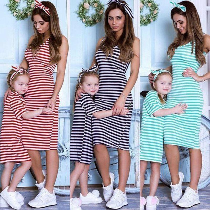 Мать и дочь соответствующие полосой платье женщин дети девушки случайные семейные одежды семьи полосатые хлопчатобумажные платья на колени на колени y200713