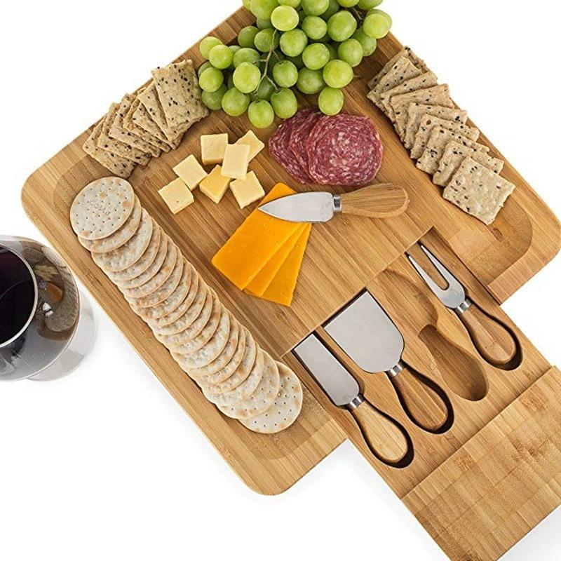 Carte de fromage en bambou avec couverts dans un tiroir coulissant comprenant 4 couteaux en acier inoxydable et des ustensiles de service WB3310