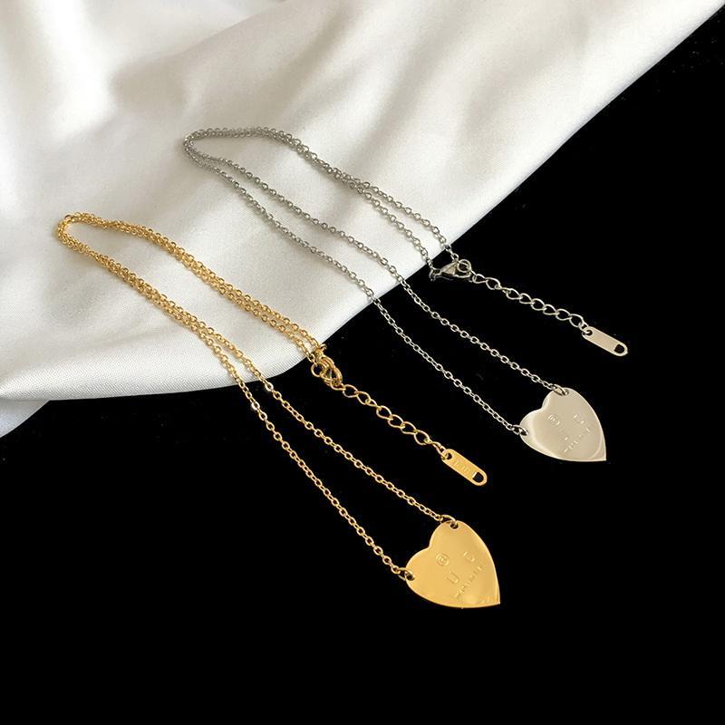 Europa Amerika Mode-Stil-Dame 316L Titan-Stahl-gravierter Buchstabe 18k überzogene Gold-Halsketten mit einzelnen Herz Anhänger 3 Farbe