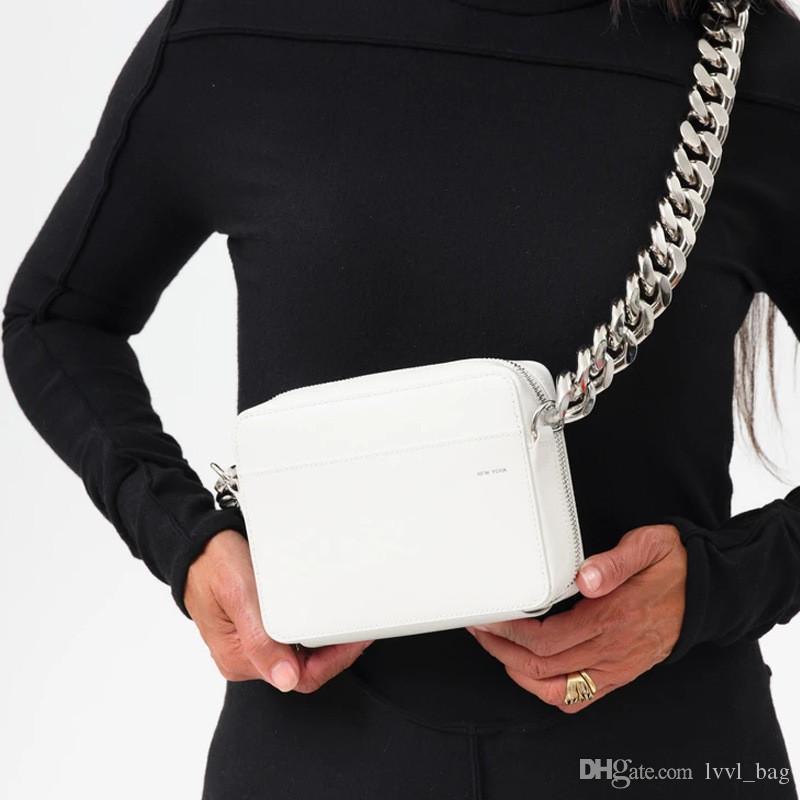 2020 Sac à la poitrine Petite chaîne Sac à aiguiser Noir Cross-corps Femmes Baguette Mini lettre Imprimer Caméra Sacs à bandoulière Lady Fashion Sac # XRFBJ