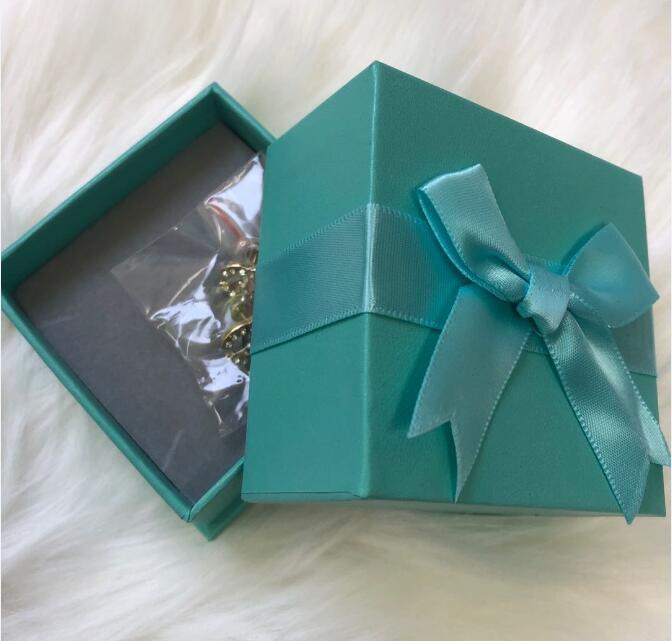 Pendientes de diseñador de moda para joyería de las mujeres con aretes de estilo de letra de diamante de cristal brillante CZ con caja de regalo de arco azul