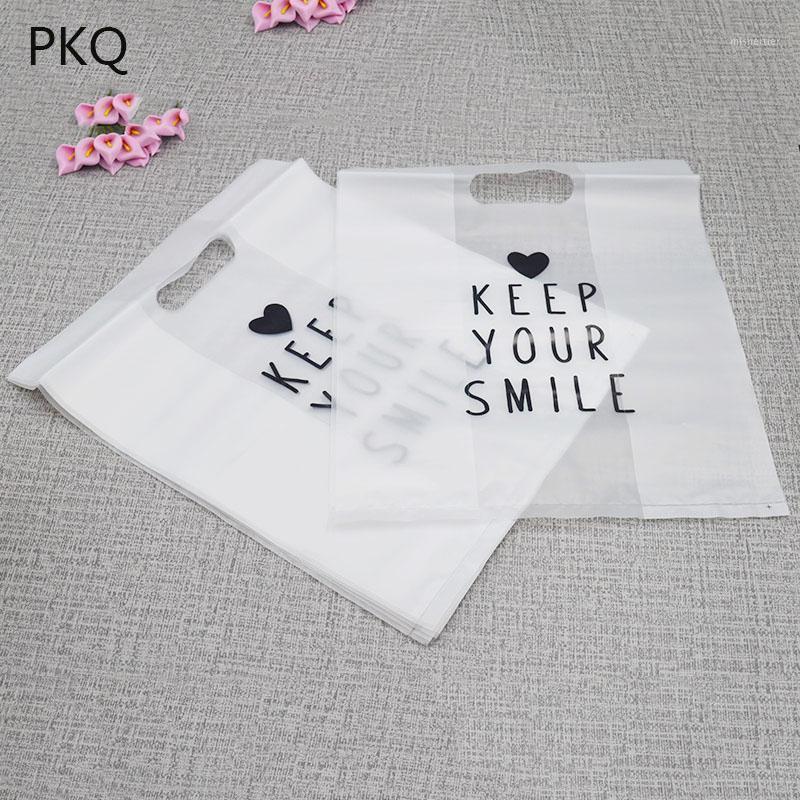 100pcs / lot Sac en plastique dépoli translucide avec poignées Gardez votre sourire Petit cadeau sacs d'emballage de cadeaux 24 * 30 cm Vente en gros! 6/271 Luodo