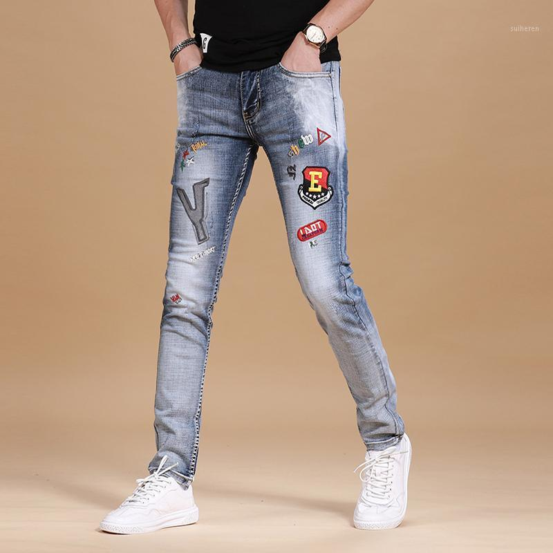 Мужчины светло-голубые джинсы мода буква значок вышивка джин тонкий подходит натяжные брюки карандаш 2020 уличная одежда хлопка джинсовые брюки1