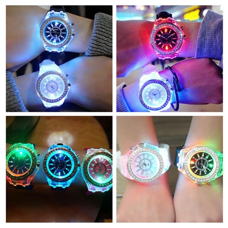 Tasarımcı İzle Lüks Unisex Elmas LED Işık İzle Kristal Aydınlık Erkek Kadın Kol Slicone Rhinestone Quartz Saatler F102601