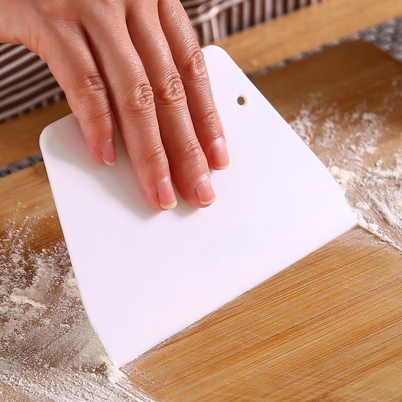 Weißer Teigschneider Kunststoff Trapezofilschaber Multifunktionsbackenabschaber aufgehängt und gelagert Küchenwerkzeug Neue Ankunft 0 17LC L2