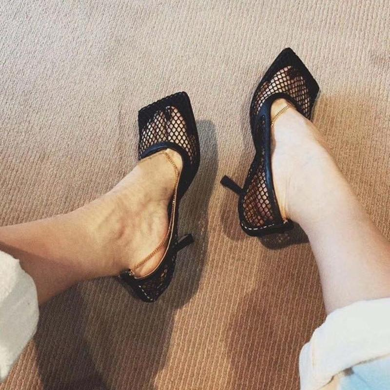 2020 neue Sommer-Absatzausschnitt Sandalen Metall-Dekoration im europäischen Stil quadratischer Kopf Schuhe Frauen sandale femme
