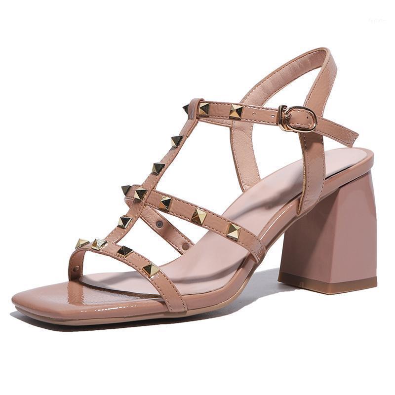Novos Verão Mulheres Sandálias Sexy Fake De Couro Rebites Das Senhoras Operado Verde Bege Bege Apricot Fivela T-Strap High Square Salto Sapatos M0251
