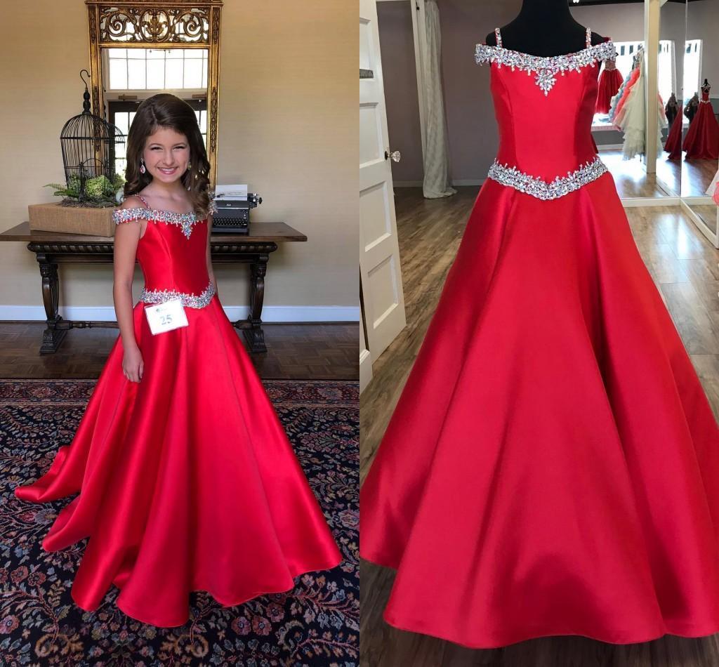 2021 Kırmızı Saten Kızlar Örgün Elbiseler Gençler Kapalı Omuz Rhinestones Açık Geri A-line Çiçek Kız Elbise Düğün Pageant Parti Elbise Için