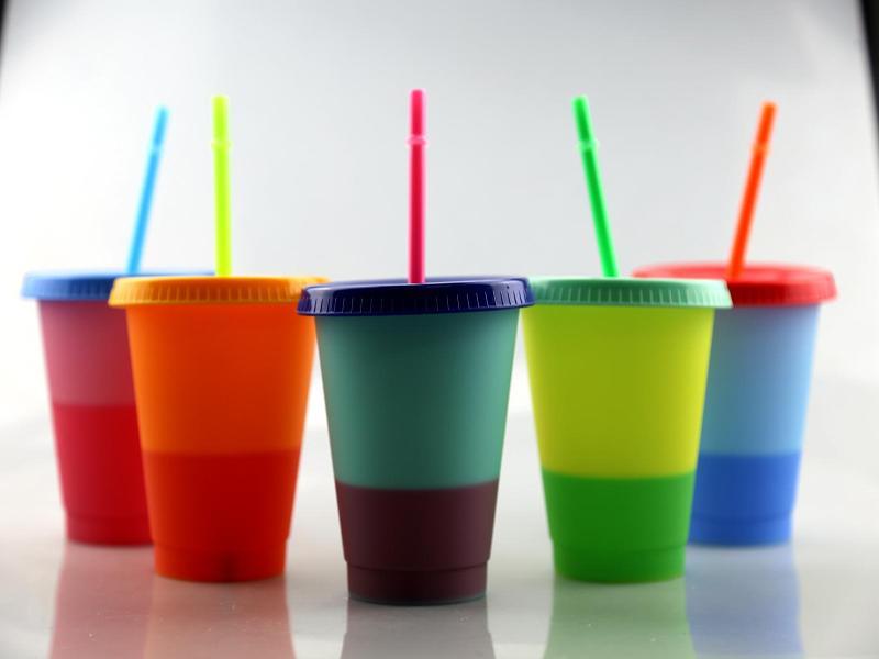 مخصص ECO 16OZ تغيير لون PP المياه البلاستيكية القابلة لإعادة الاستخدام البهلوان تغيير لون البلاستيك البن القدح البهلوان مع غطاء سترو