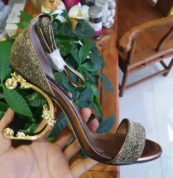 Klassiker Frauen Hausschuhe Mode Strand Dicke Boden Hausschuhe Alphabet Dame Sandalen Leder High Heel Schuhe 06